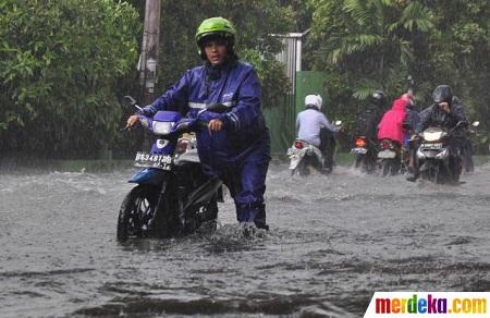 nekat-terjang-banjir-di-slipi-belasan-motor-mogok-006-nfi