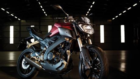2014-Yamaha-MT125-EU-Anodized-Red-Static-004