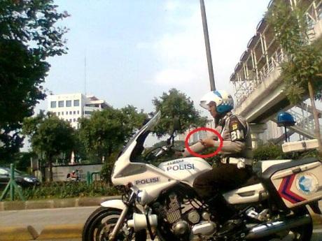 polisi bawa hp