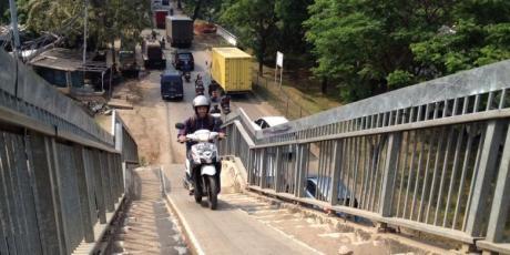 motor naik jembatan