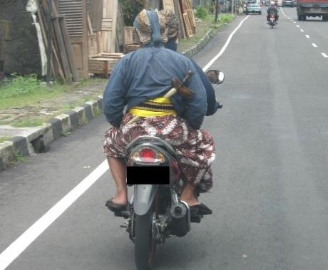 abdi dalem naik motor tanpa helm