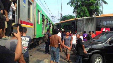 BUS Transjakarta vs krl (3)