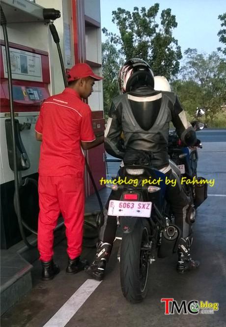 mt-15 kejepret ngisi bensin premium