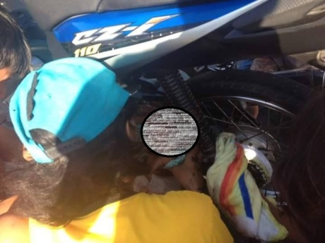 bayi masuk kolong motor (2)