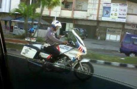 polisi main hp