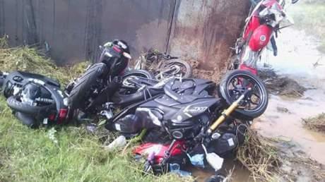 kecelakaan truk pengangkut motor r15 dan m-slaz (1)