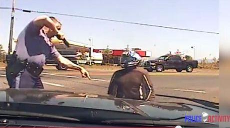 polisi todongkan pistol ke biker