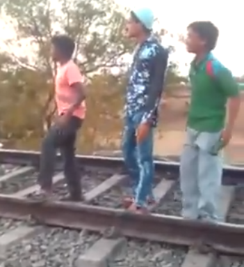 ditabrak kereta api