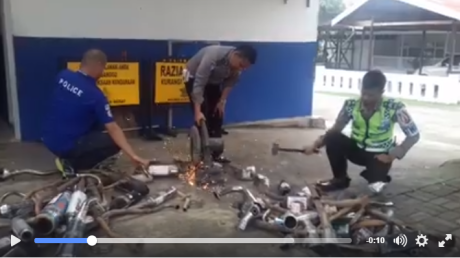 polisi hancurkan knalpot