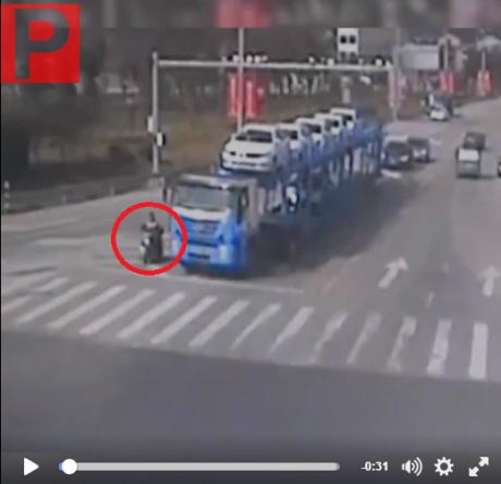 kecelakaan motor terlindas truk (1)
