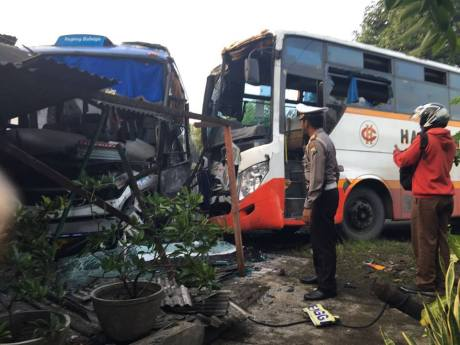 bus rahayu dan harapan jaya kecelakaan (2)