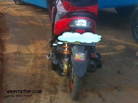 MOTOR LEPAS MIKA LAMPU MERAH BELAKANG (2)