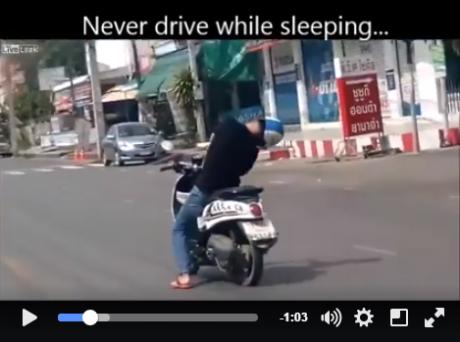 naik motor sambil tidur