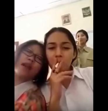 siswi merokok di kelas